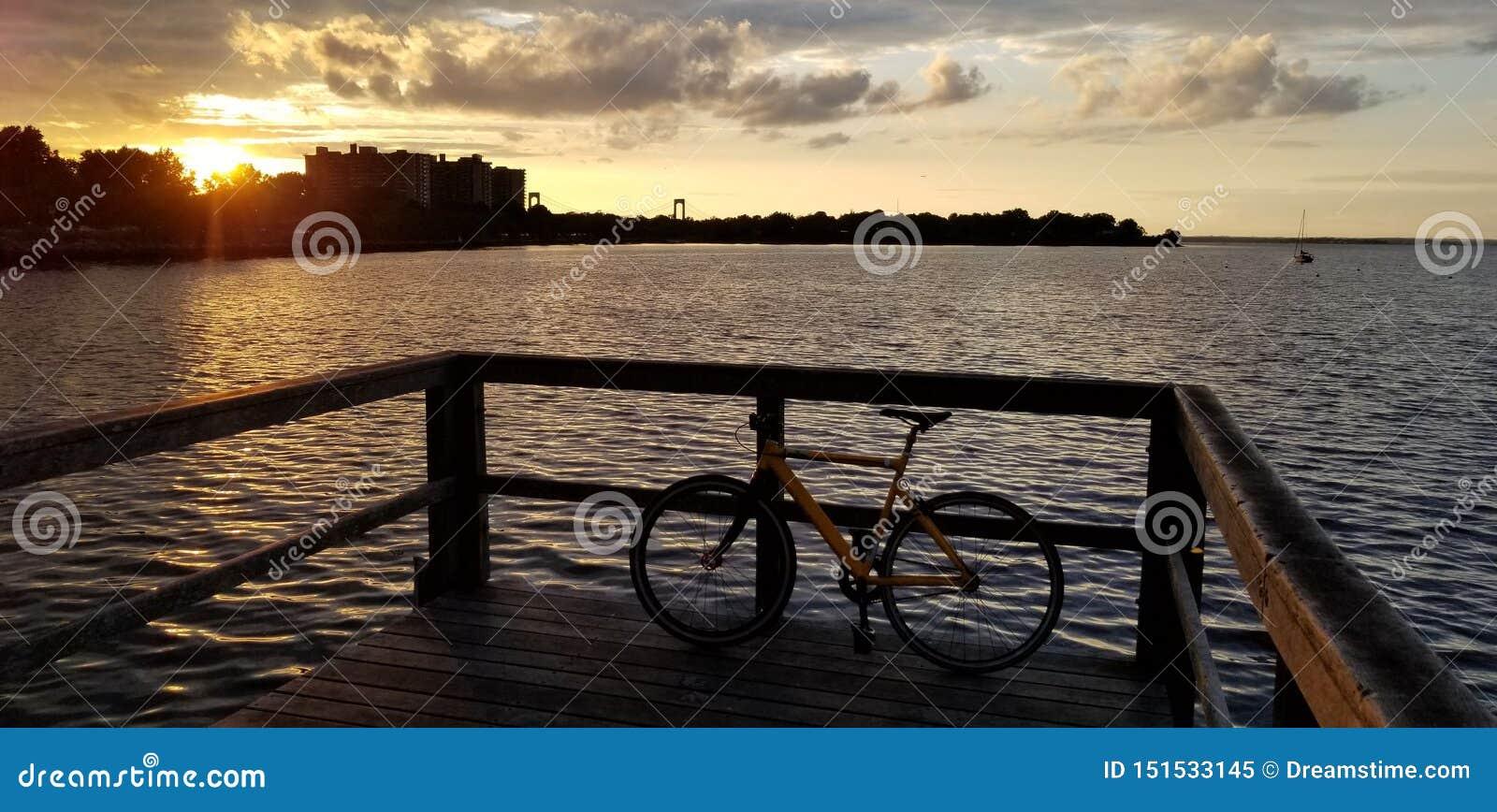 Zonsondergang in de baai van New York