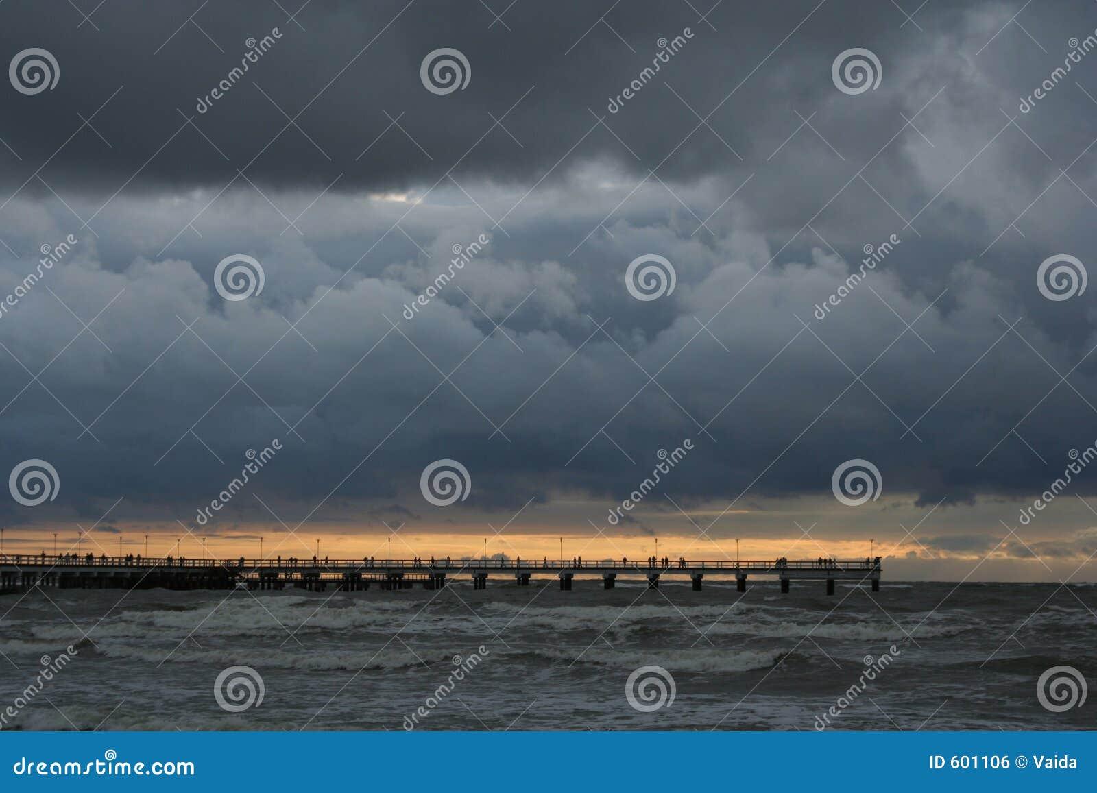 Zonsondergang dichtbij het Overzees