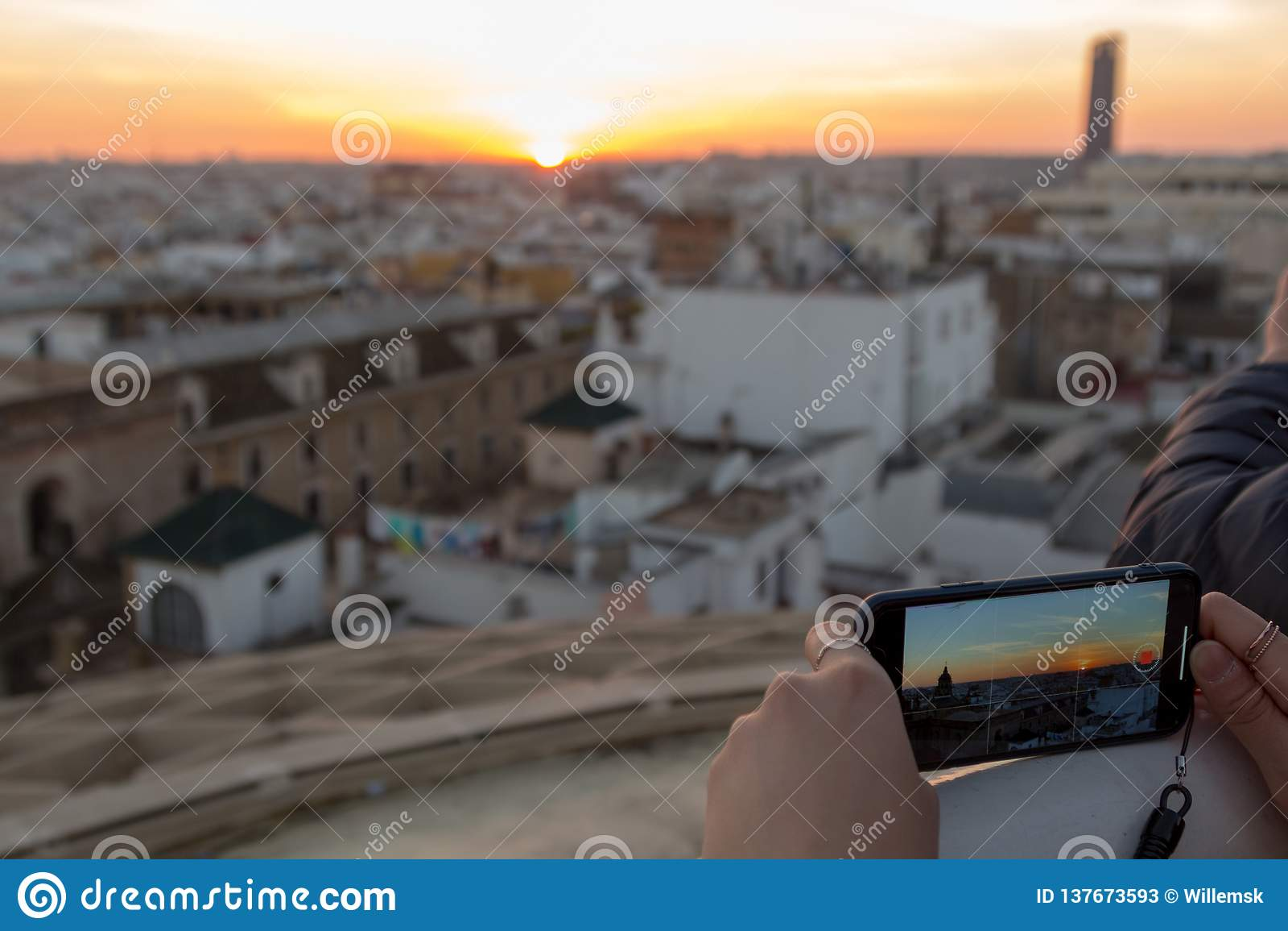 Zonsondergang die op een smartphone in Sevilla worden bekeken