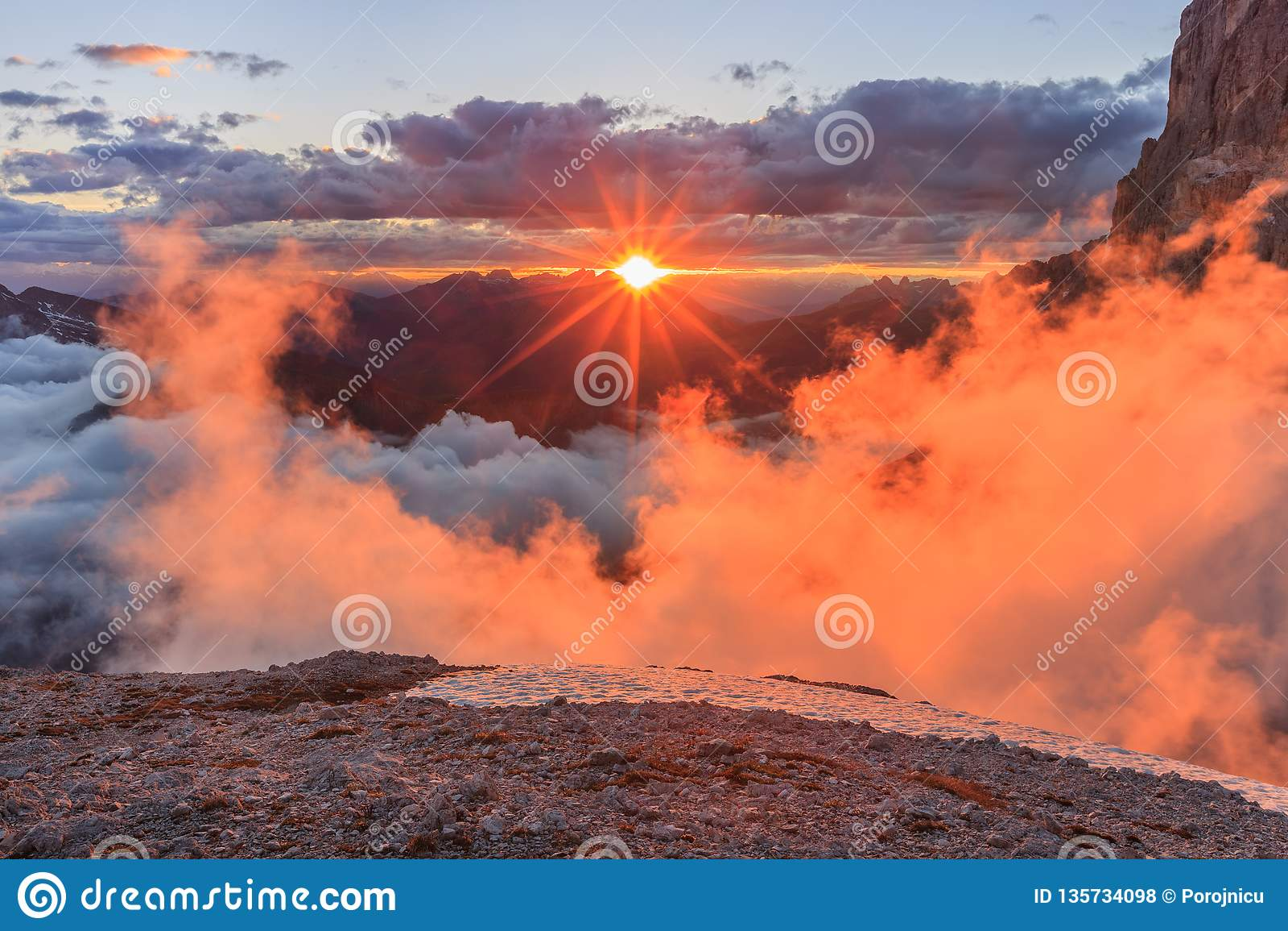 Zonsondergang in Dolomietalpen, Italië