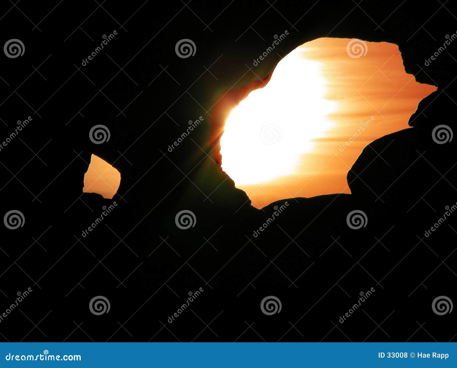 Zonsondergang door een gat