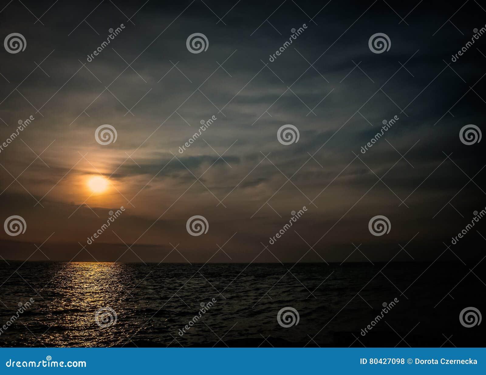 Zonsondergang door het overzees