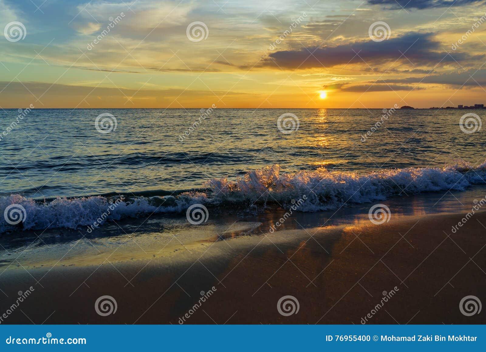 Zonsondergang door het strand