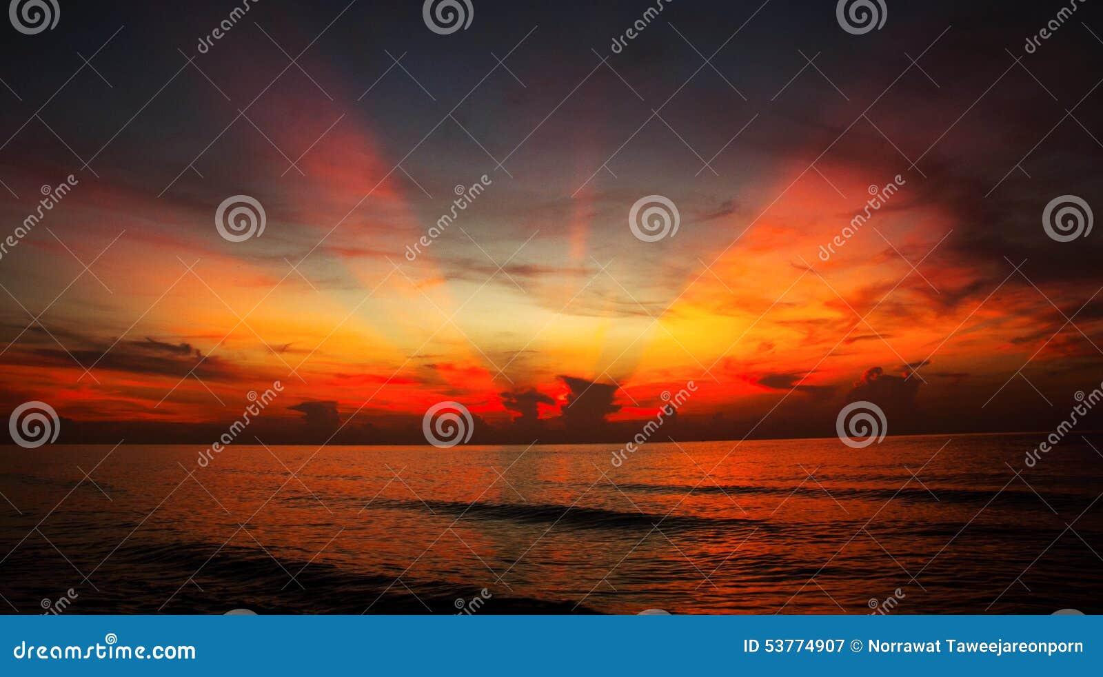 Zonsondergang en lichteffecten voor de overzeese oppervlakte