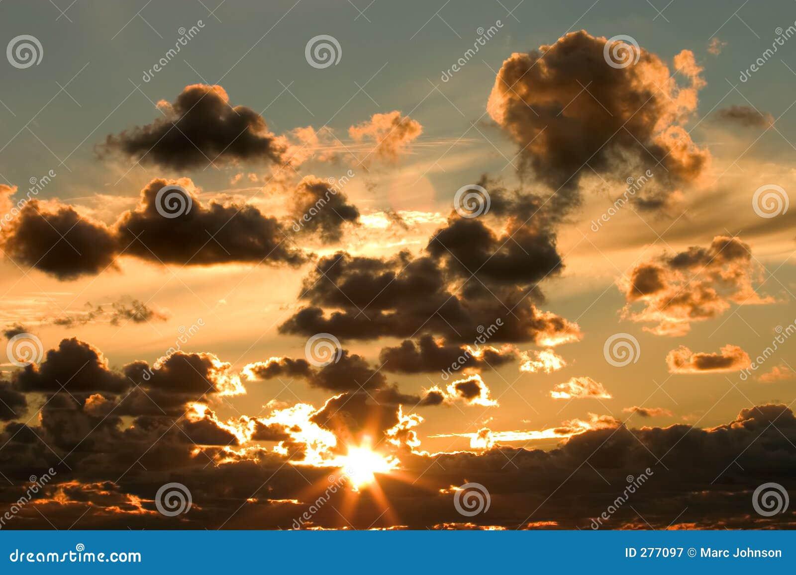 Zonsondergang en wolken