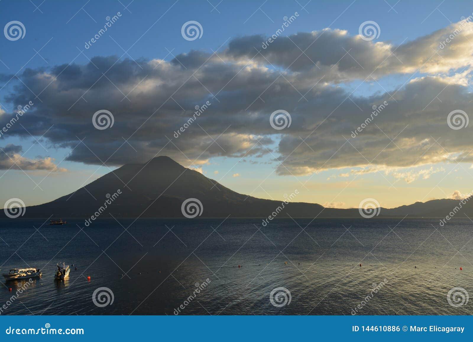 Zonsondergang in het Meer Guatemala van Panajachel Atitlan