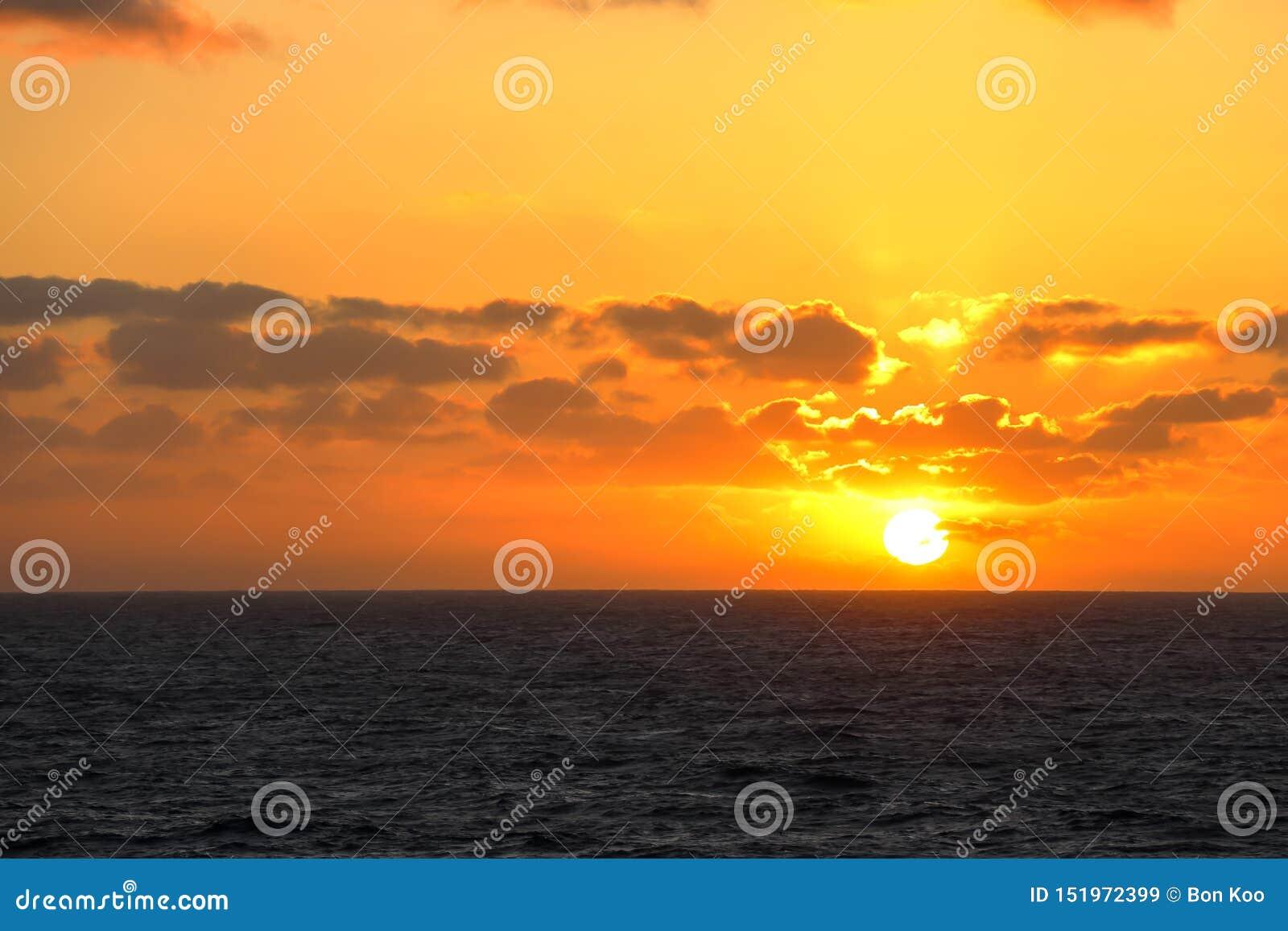 Zonsondergang in het midden van de vreedzame oceaan