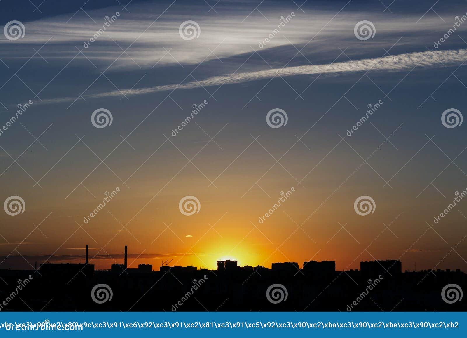 Zonsondergang met een mooie hemel op de achtergrond van de stad