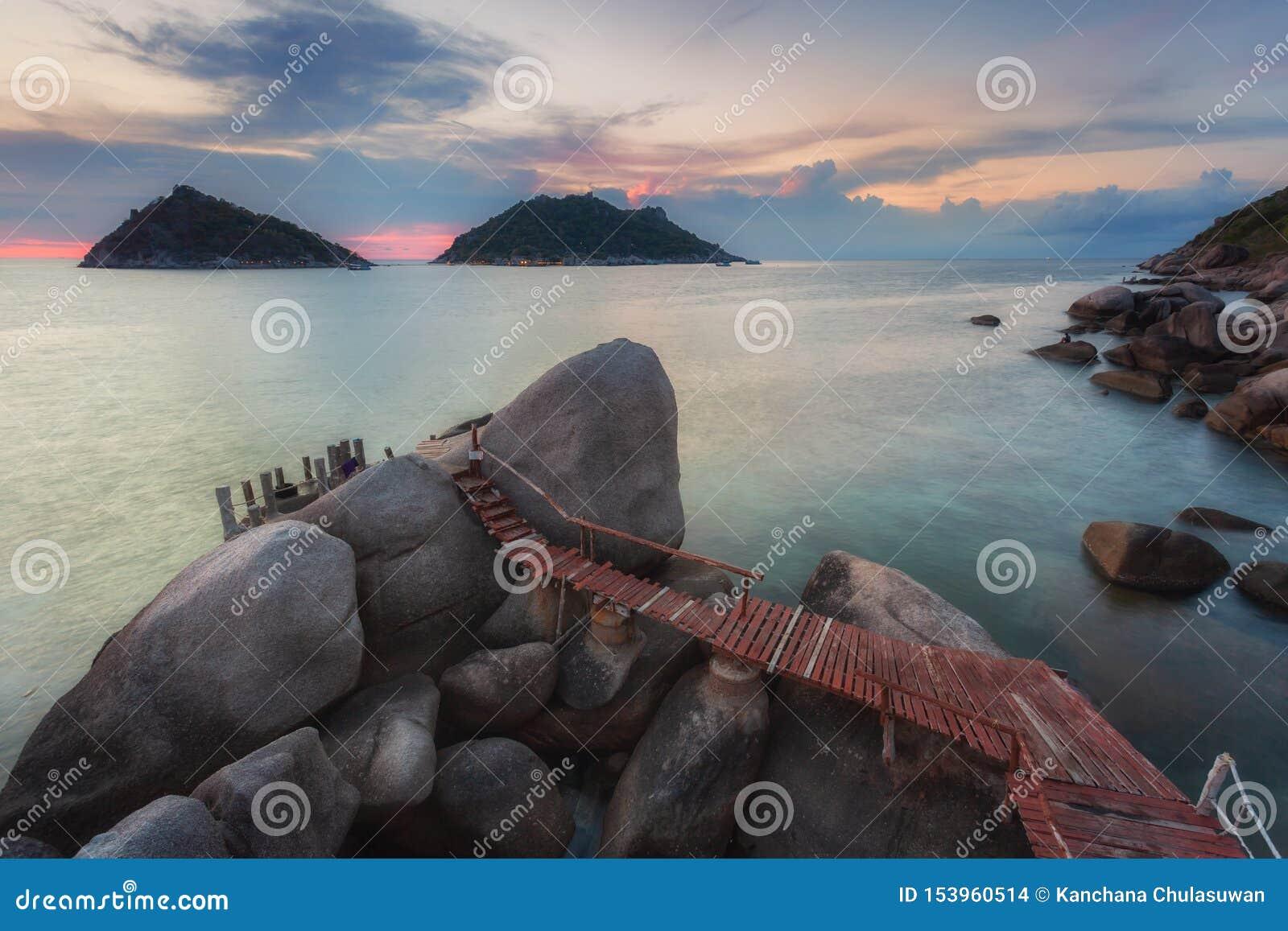Zonsondergang met promenade over rotsen in Koh Tao