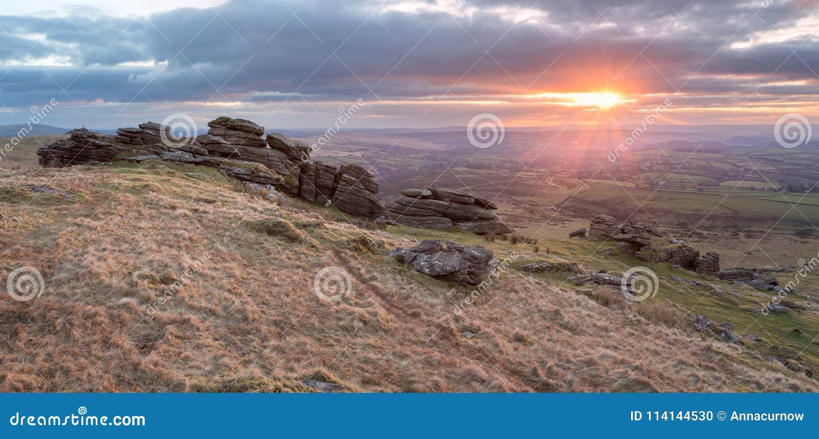 Zonsondergang op dartmoor Devon het UK van de wapenspiek
