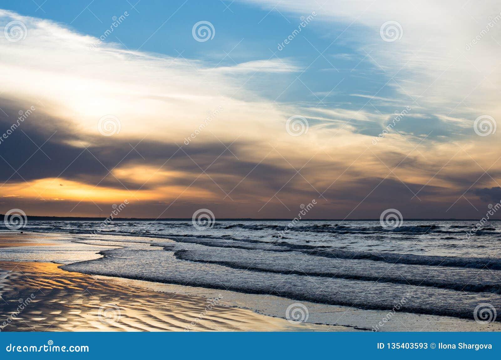 Zonsondergang op de kust bij de zomer