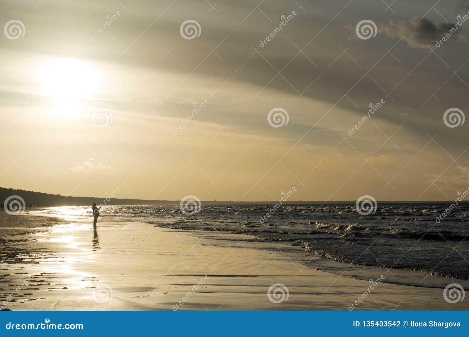 Zonsondergang op de kust met mensen