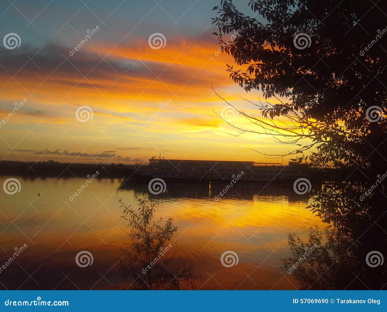 Zonsondergang op de Volga Rivier