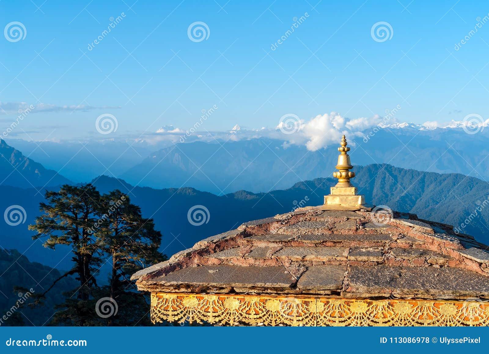 Zonsondergang op Dochula-Pas met Himalayagebergte op achtergrond - Bhutan
