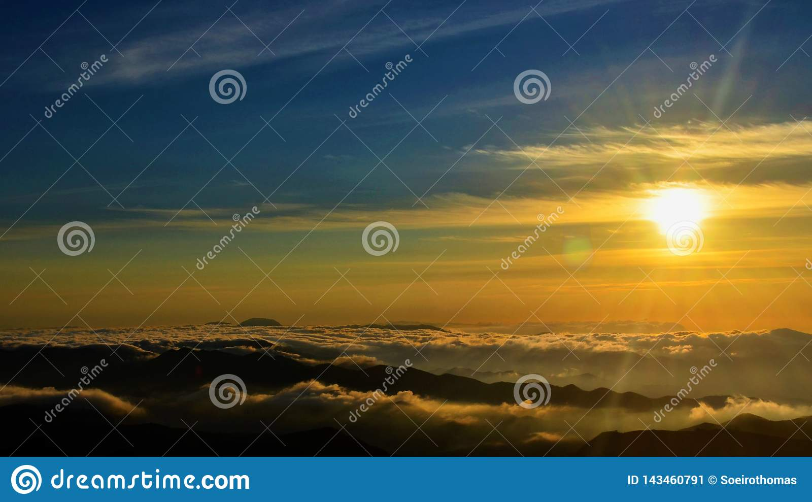 Zonsondergang op een berg die in Brazilië beklimmen