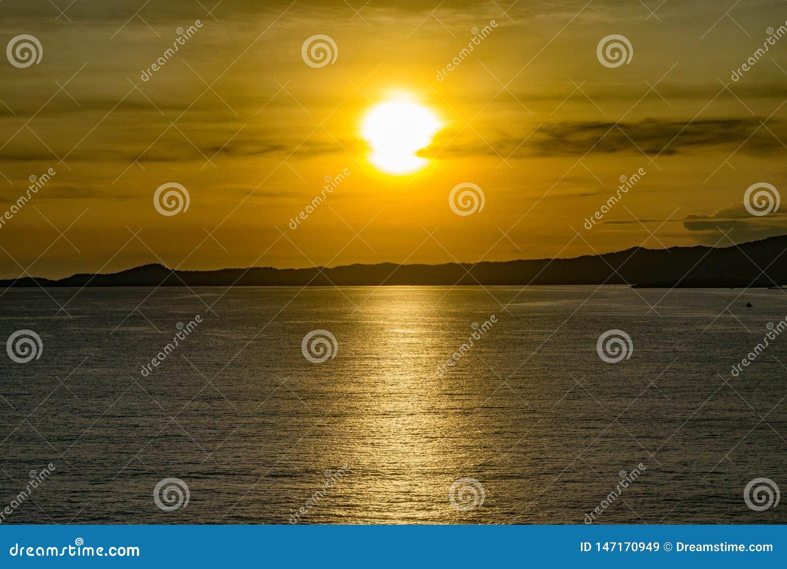 Zonsondergang op een ontspannende avond in Honduras