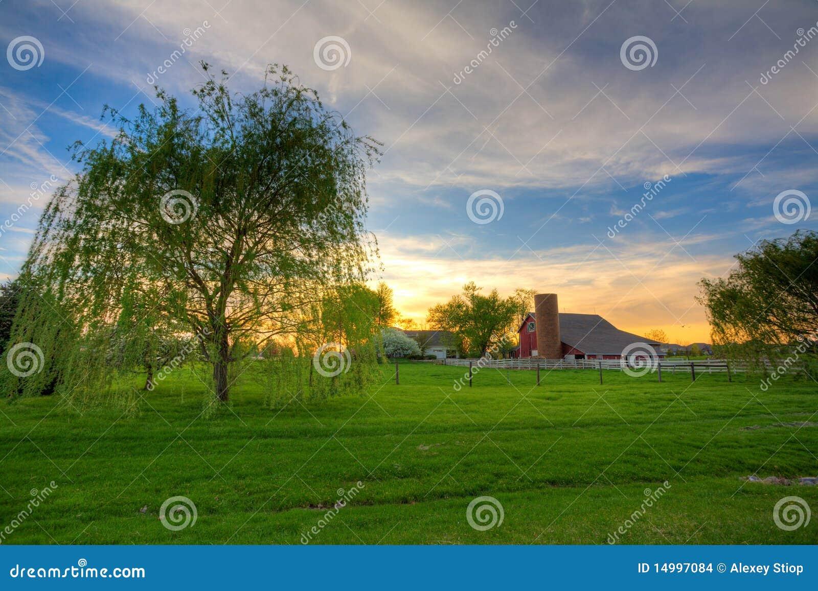 Zonsondergang op het landbouwbedrijf