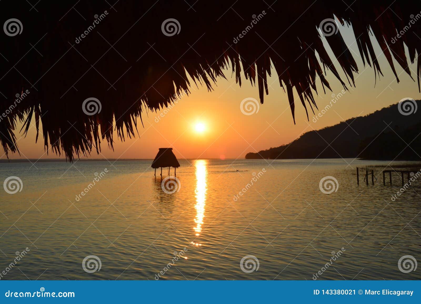 Zonsondergang op het Meer Gr Remate Guatemala van Peten Itza