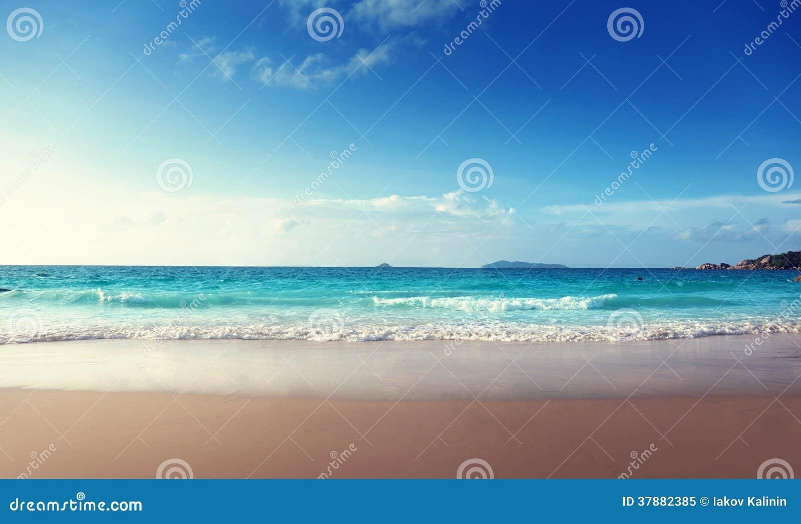 Zonsondergang op het strand van Seychellen