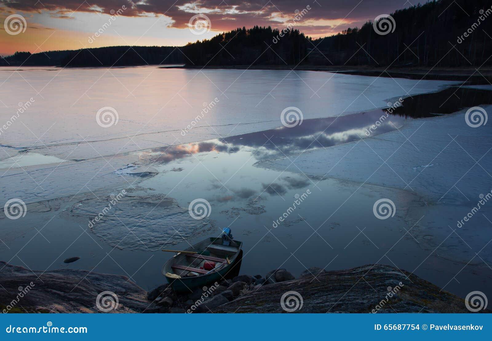 Zonsondergang op meer Ladoga, Karelië
