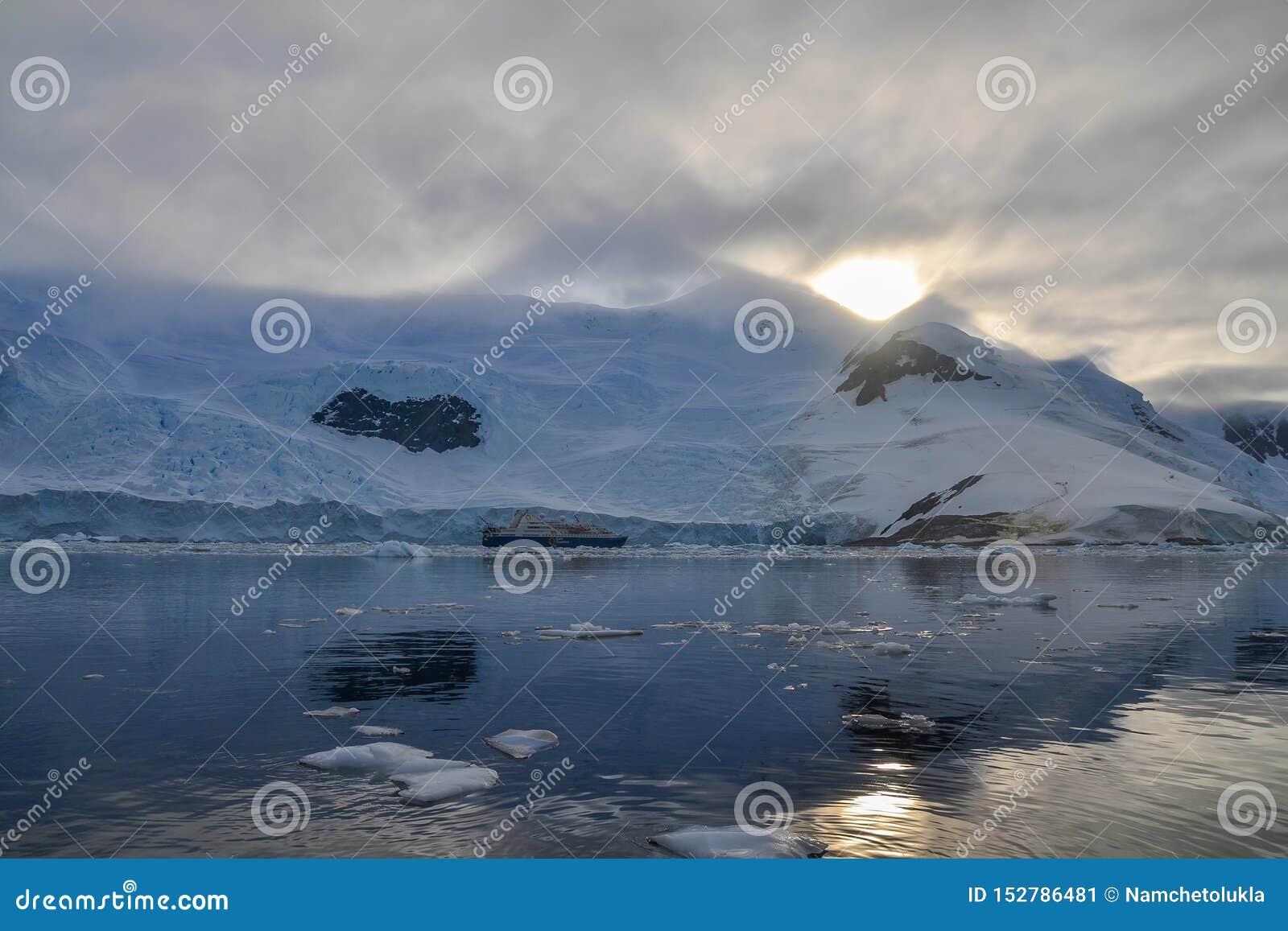 Zonsondergang over bergen in Antarctica