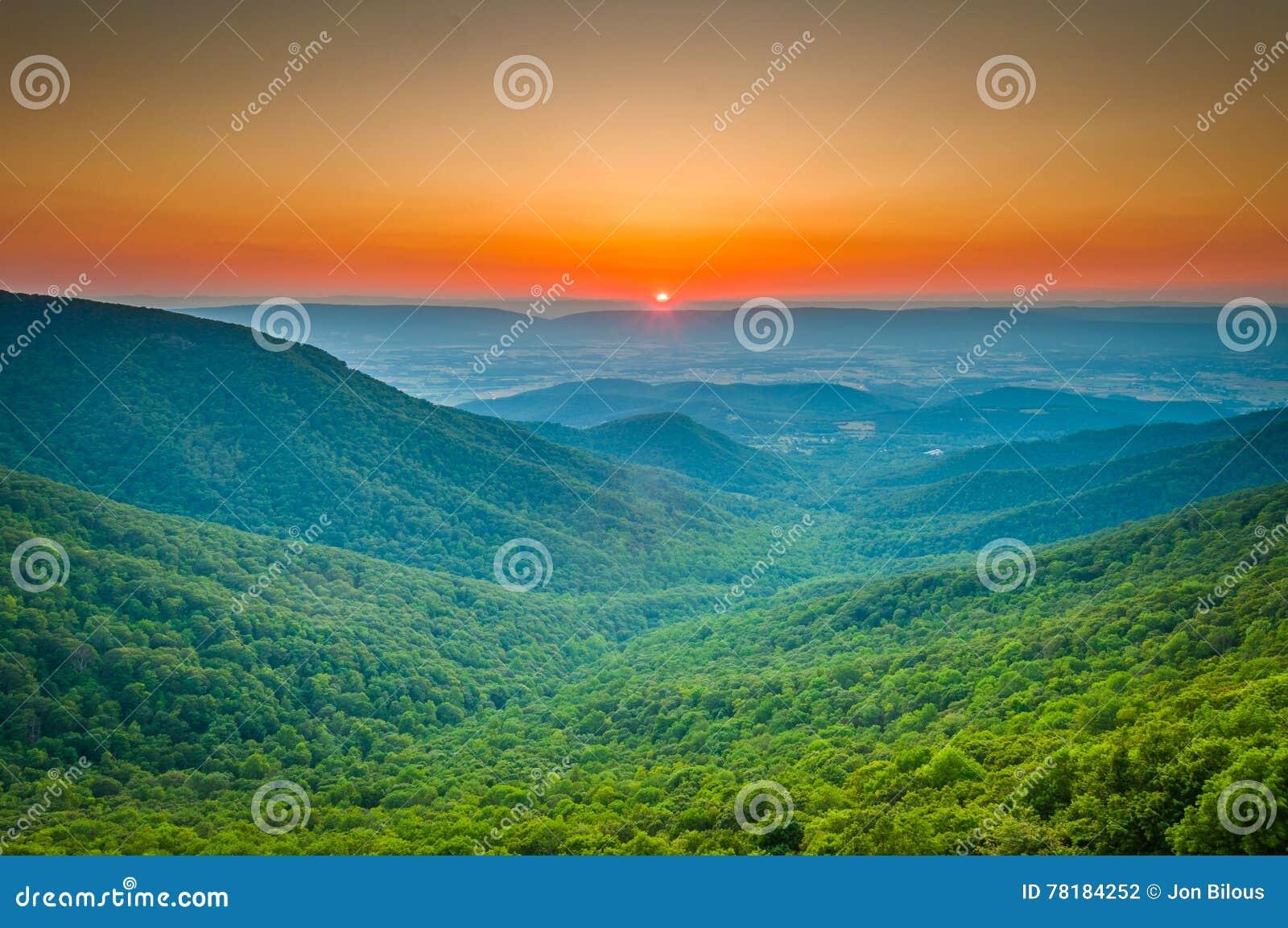 Zonsondergang over de de Blauwe Rand en Shenandoah-Vallei van Toenemend R