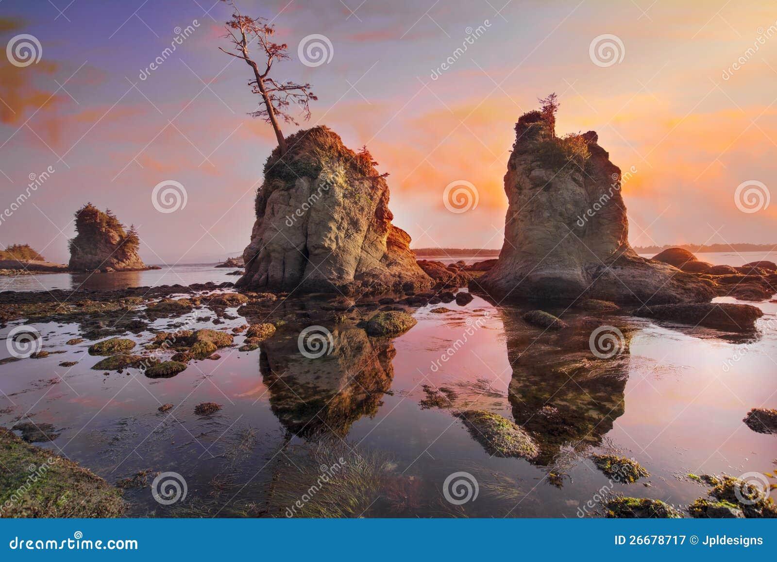 Zonsondergang over de Inham van het Varken en van de Zeug bij de Kust van Oregon