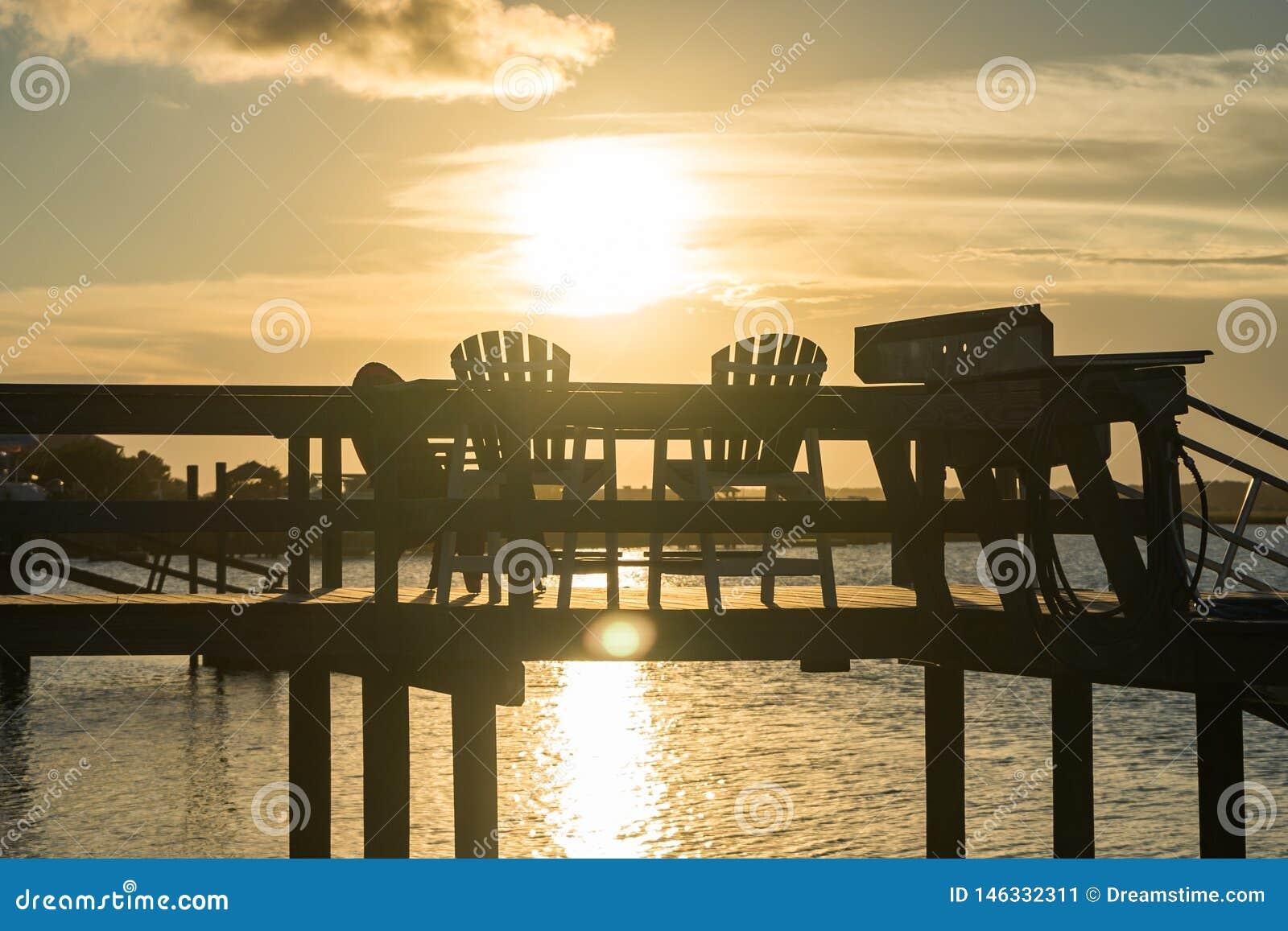 Zonsondergang over een Dok bij het Strand