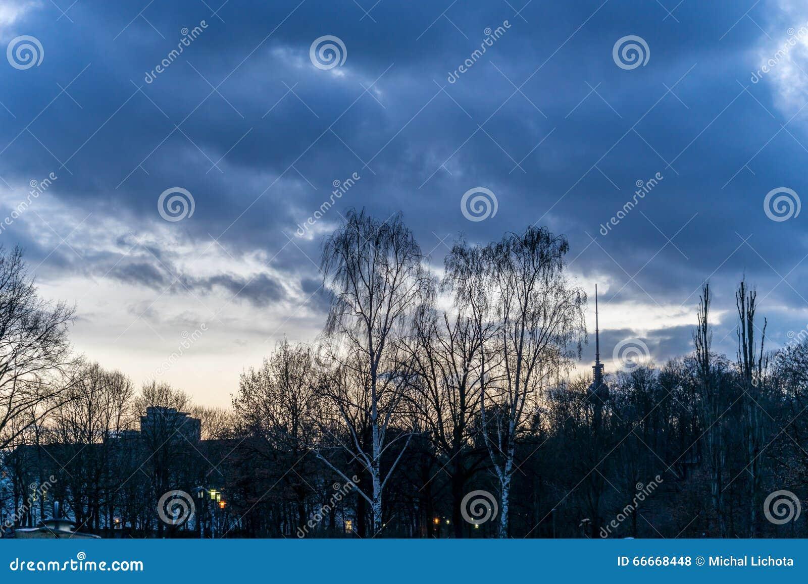 Zonsondergang over een park, in Berlijn