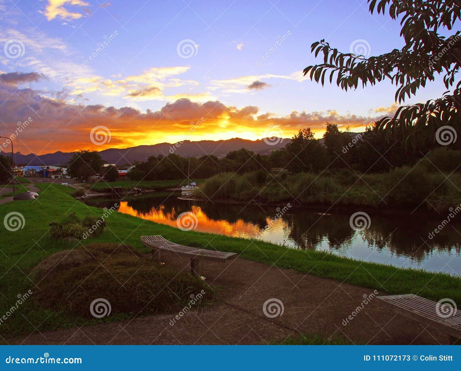 Zonsondergang over een rustige stroom