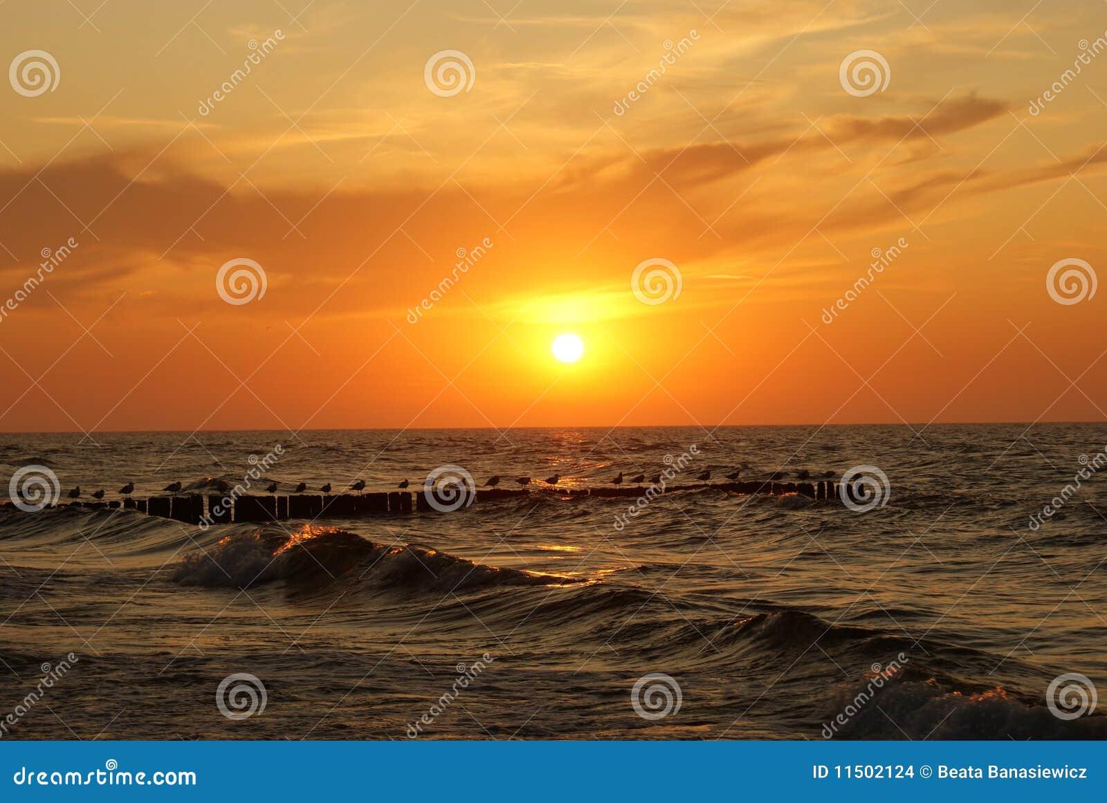 Zonsondergang over het overzees.