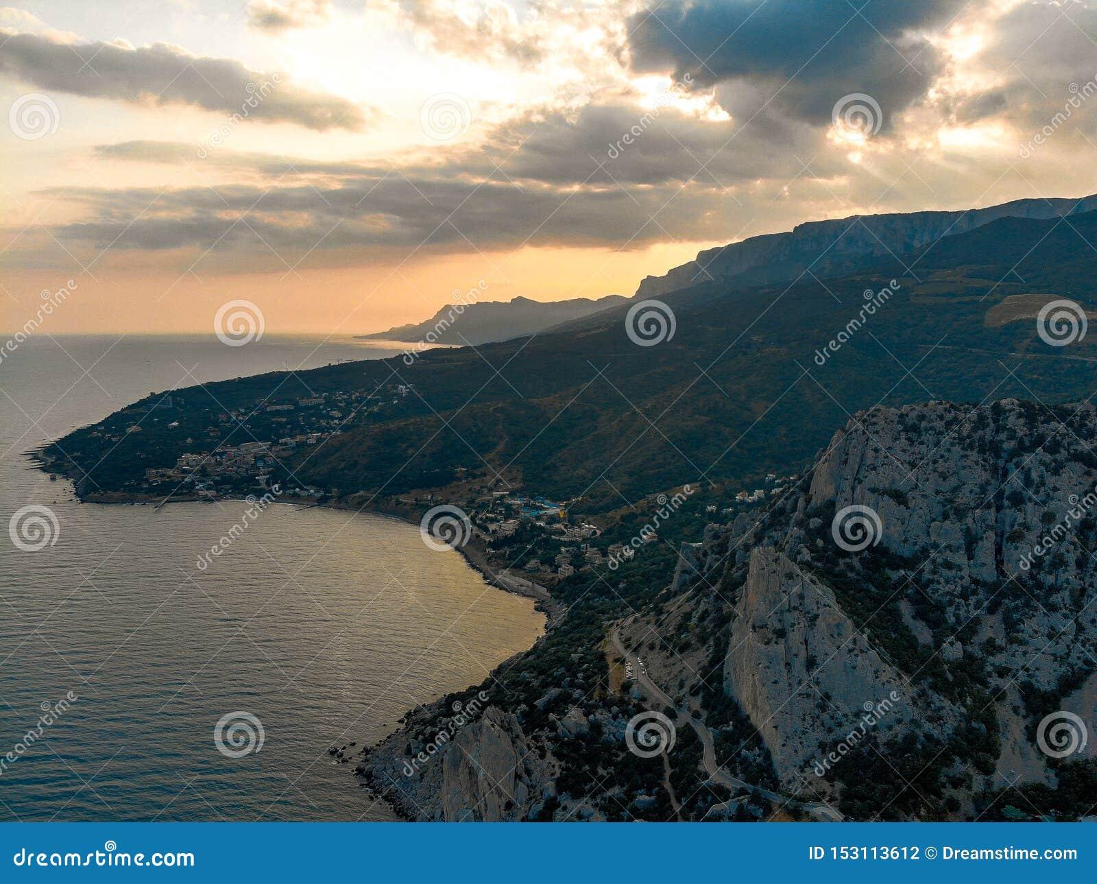 Zonsondergang over het overzees en de bergen crimea