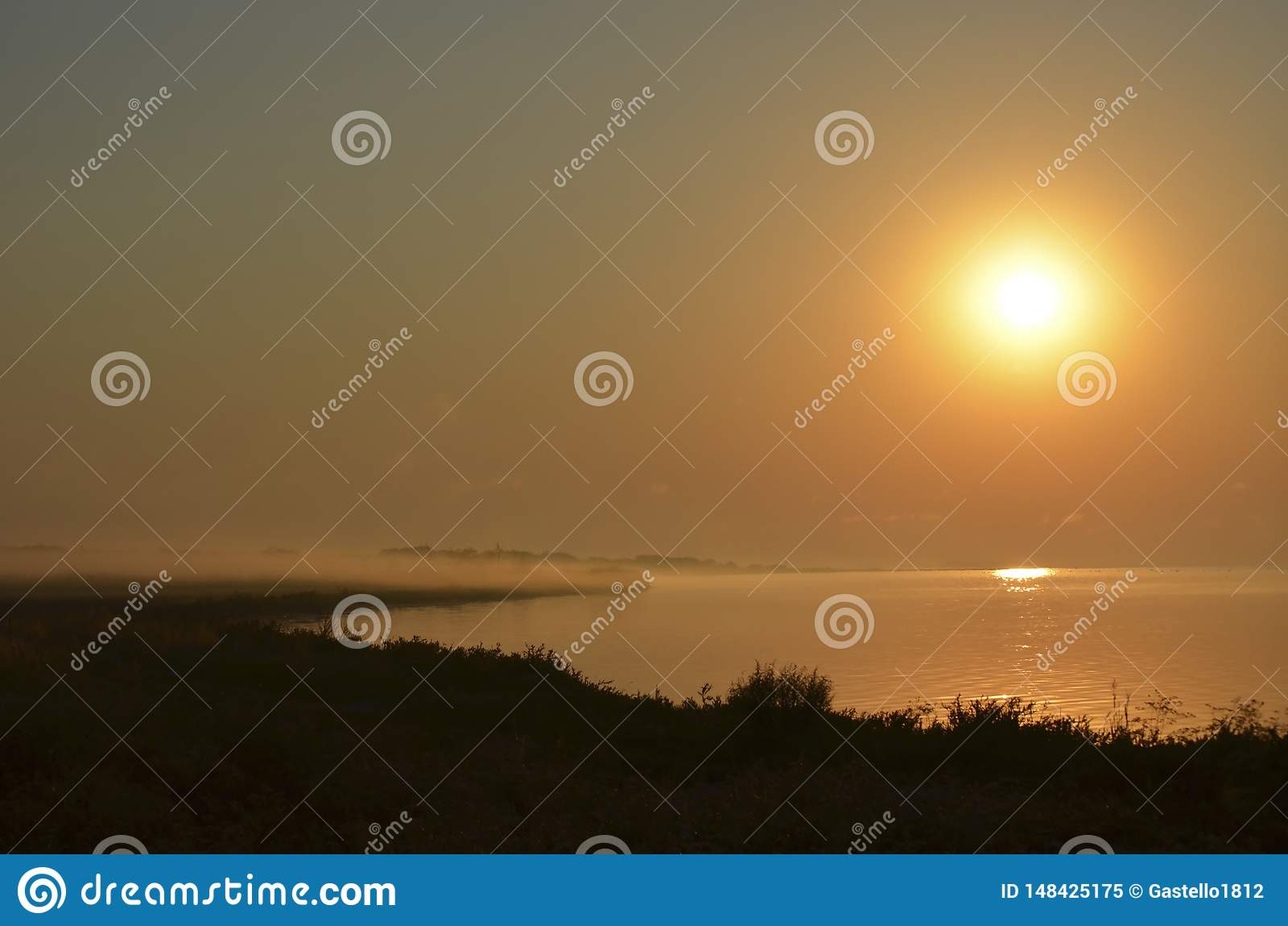 Zonsondergang over het overzees mistnevel