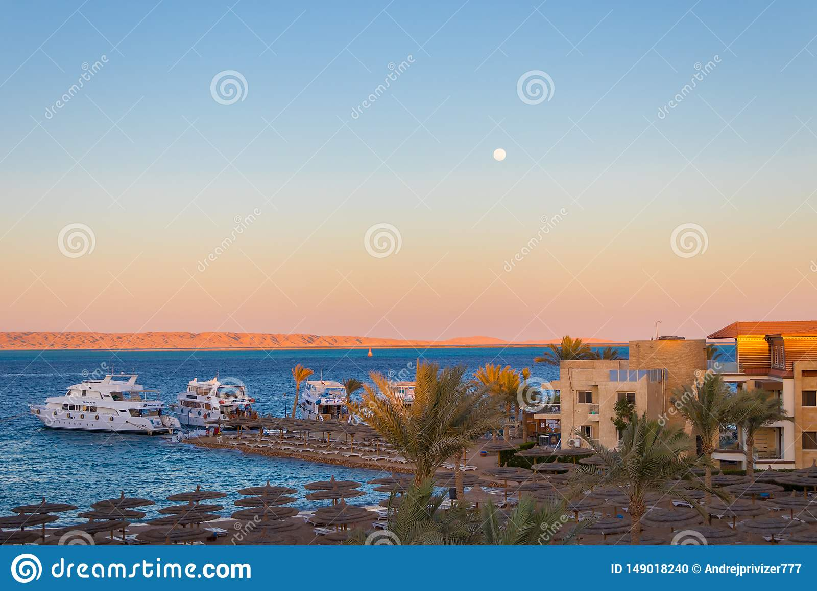 Zonsondergang over het rode overzees in Hurghada, Egypte