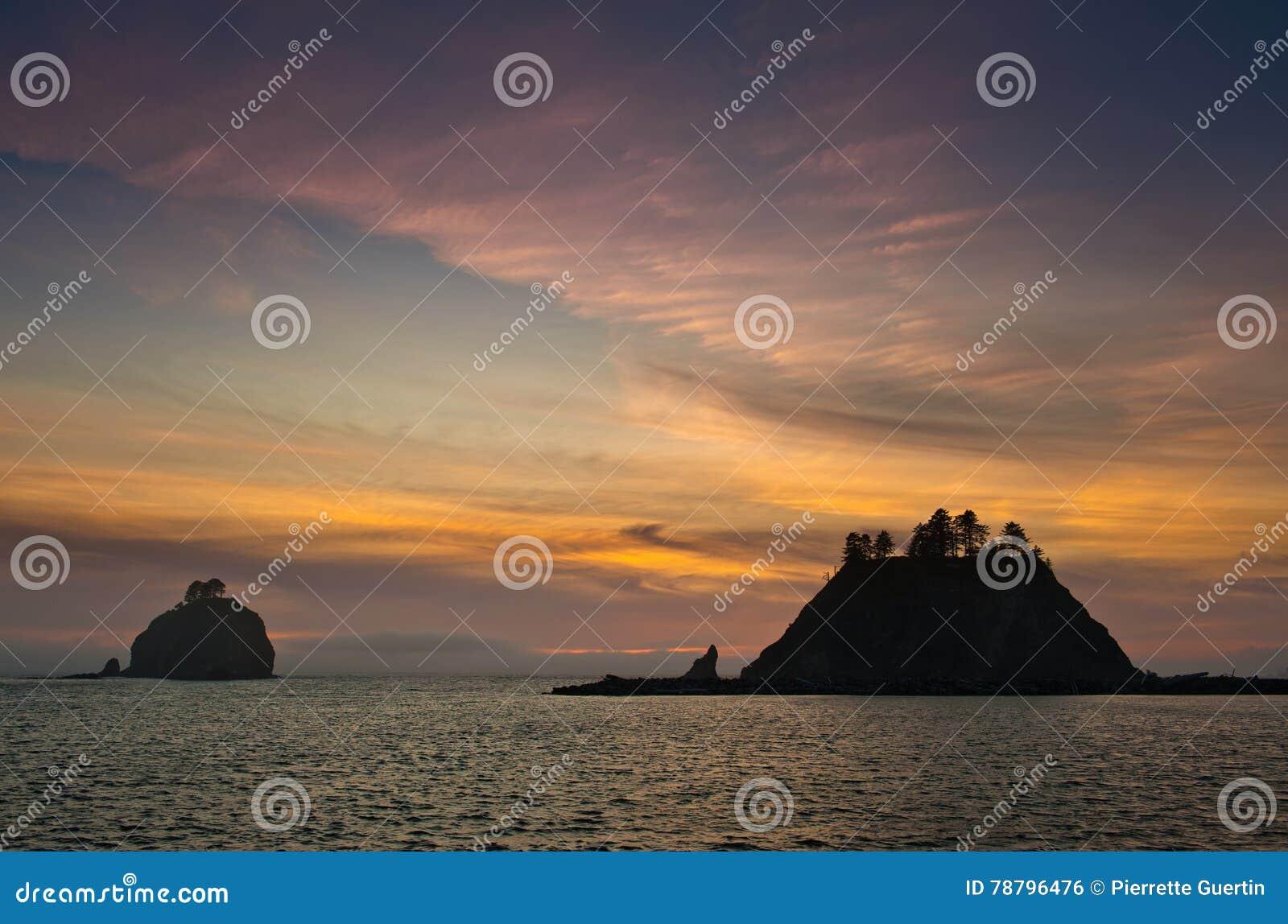 Zonsondergang over kleine eilanden in silhouet