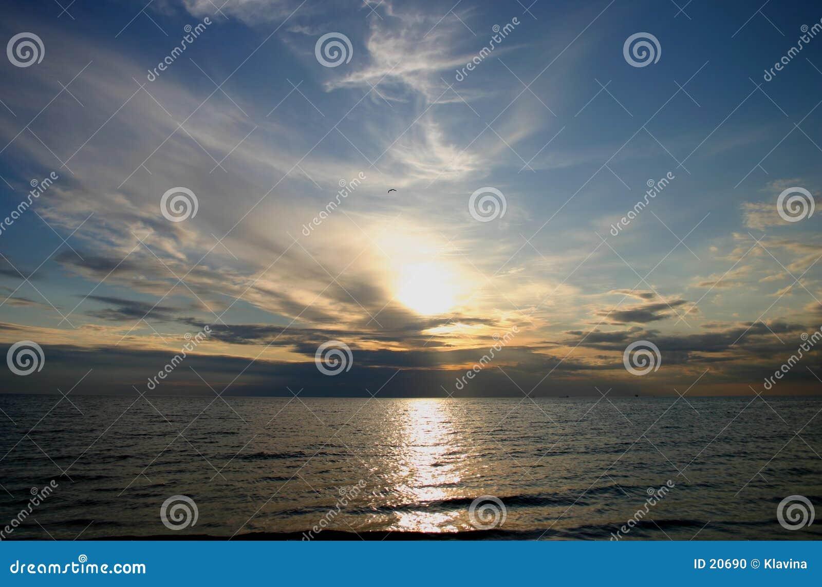 Zonsondergang over overzees
