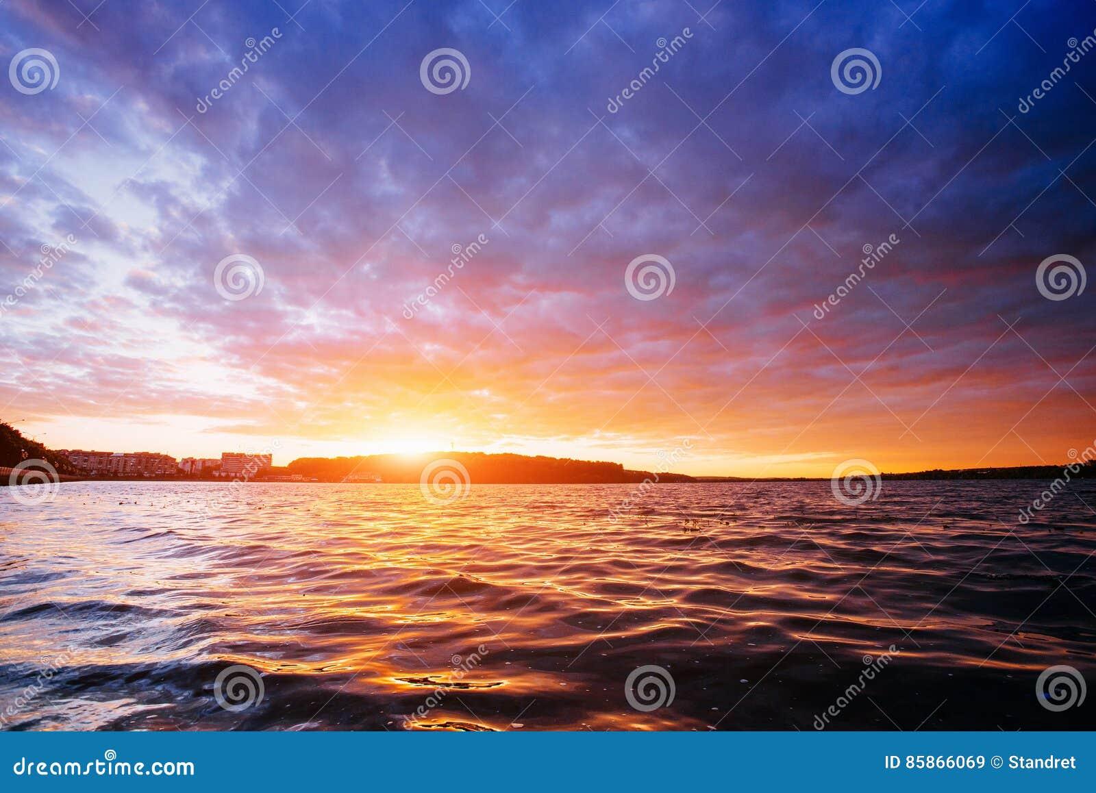 Citaten Over Zonsondergang : Zonsondergang over overzees stock afbeelding