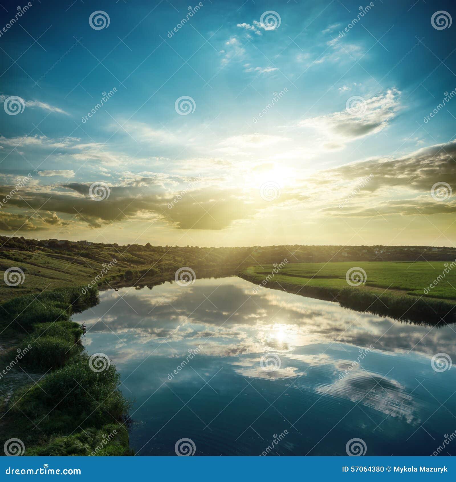 Zonsondergang over rivier met bezinningen