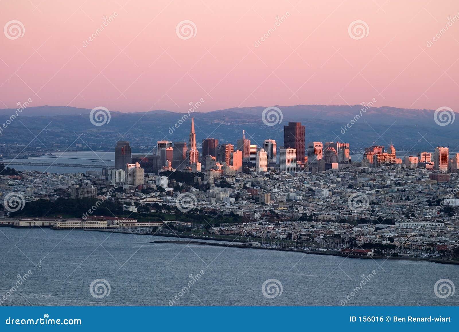 Zonsondergang over San Francisco met roze kleuren.
