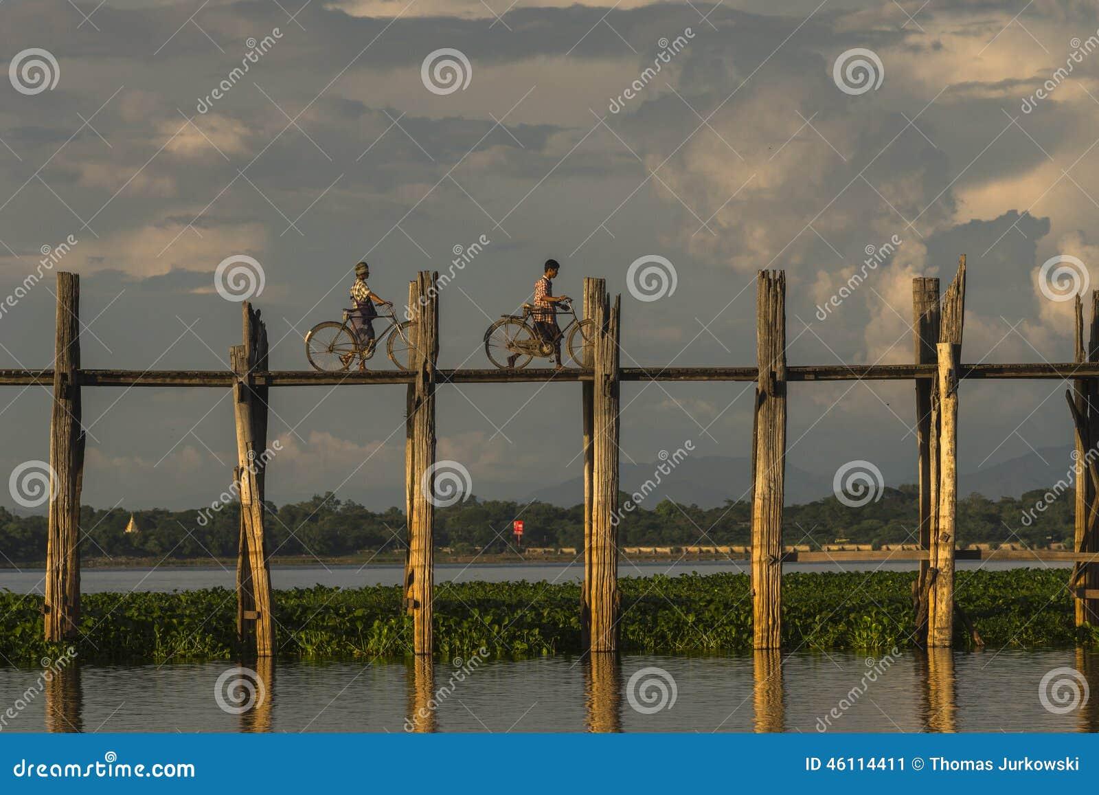 Zonsondergang over teakbrug