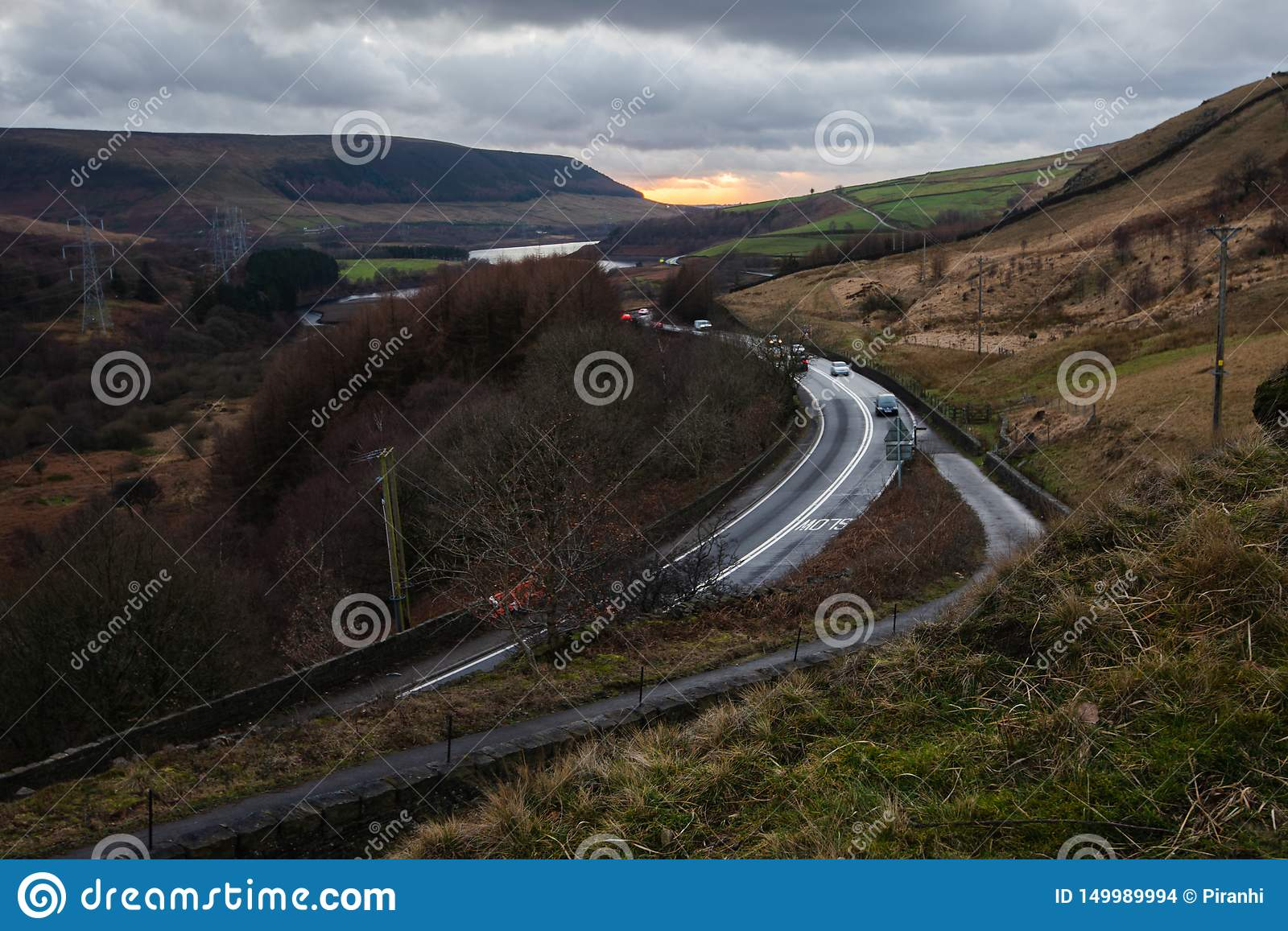 Zonsondergang over A628 in Woodhead in het Piekdistricts Nationale Park, het UK
