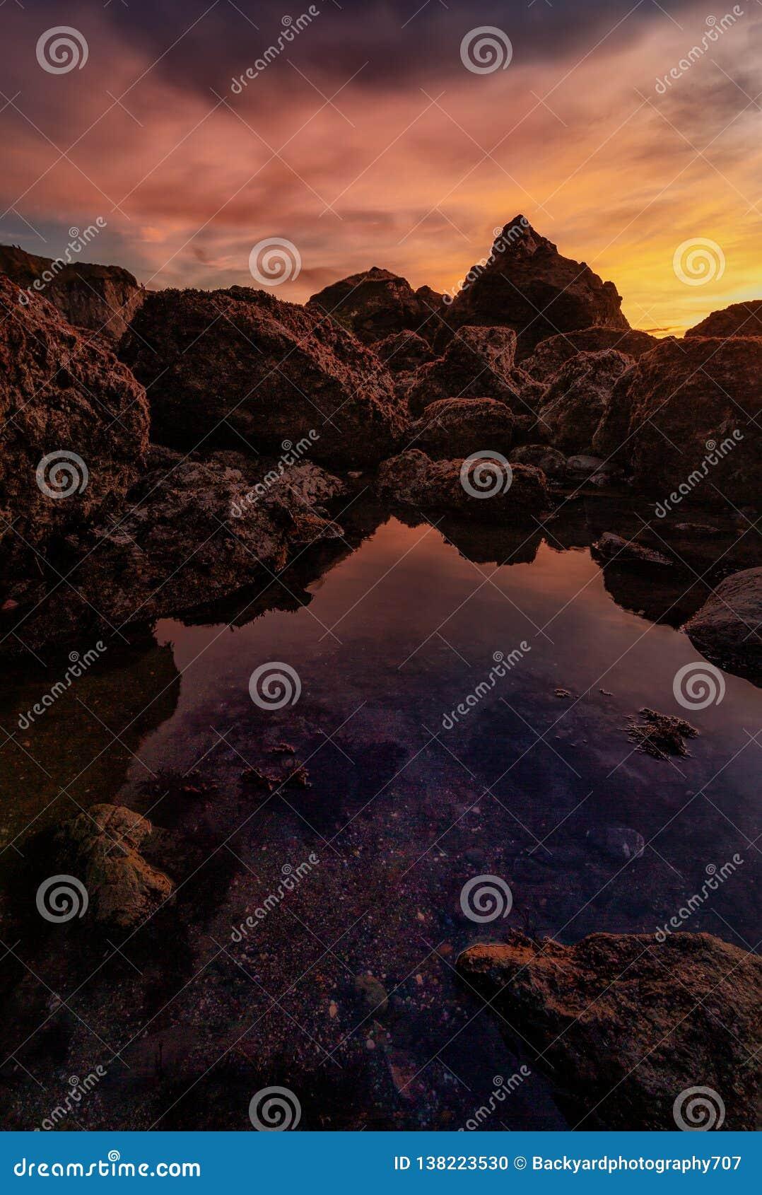 Zonsondergang in Rocky Pacific Northwest Beach