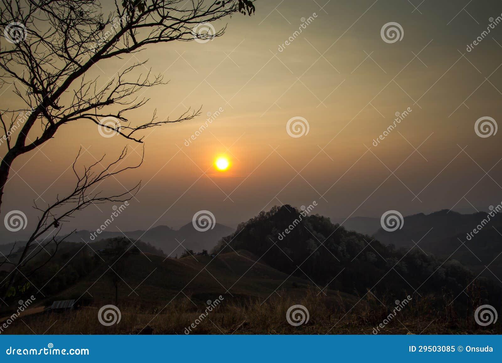 Zonsondergang van de heuvel