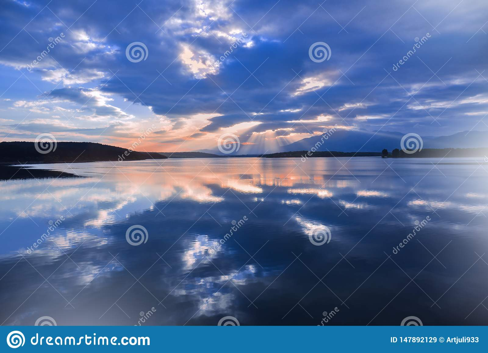 Zonsondergang, zonsopganglandschap, panorama Mooie aard Blauwe Hemel, verbazende kleurrijke wolken Natuurlijke achtergrond Artist