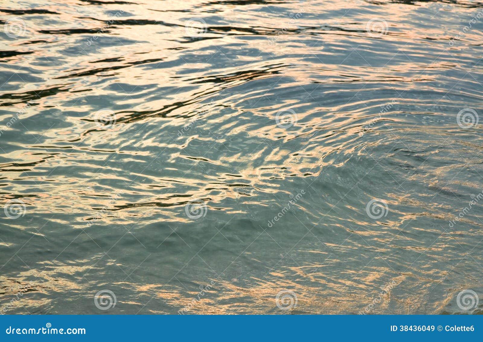 Zonsondergangbezinningen over waterspiegel