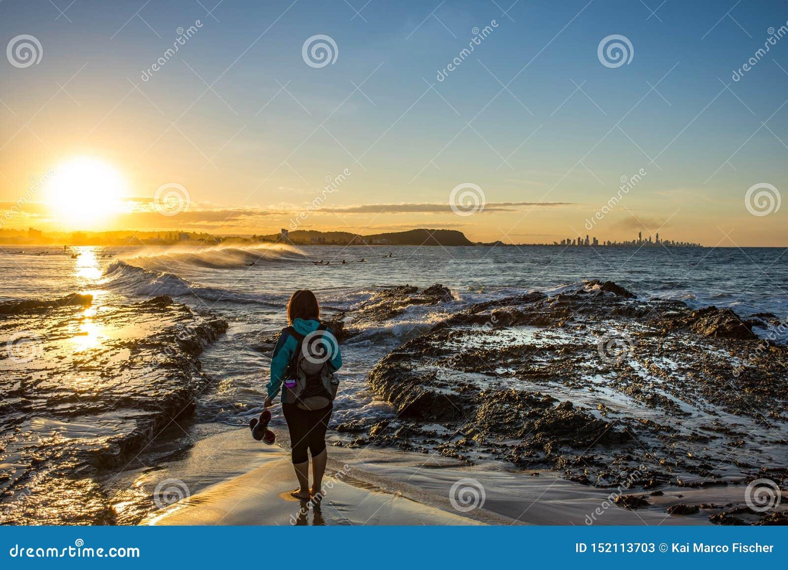 Zonsondergangmeisje, Currumbin-Rotsen, Queensland, Australië