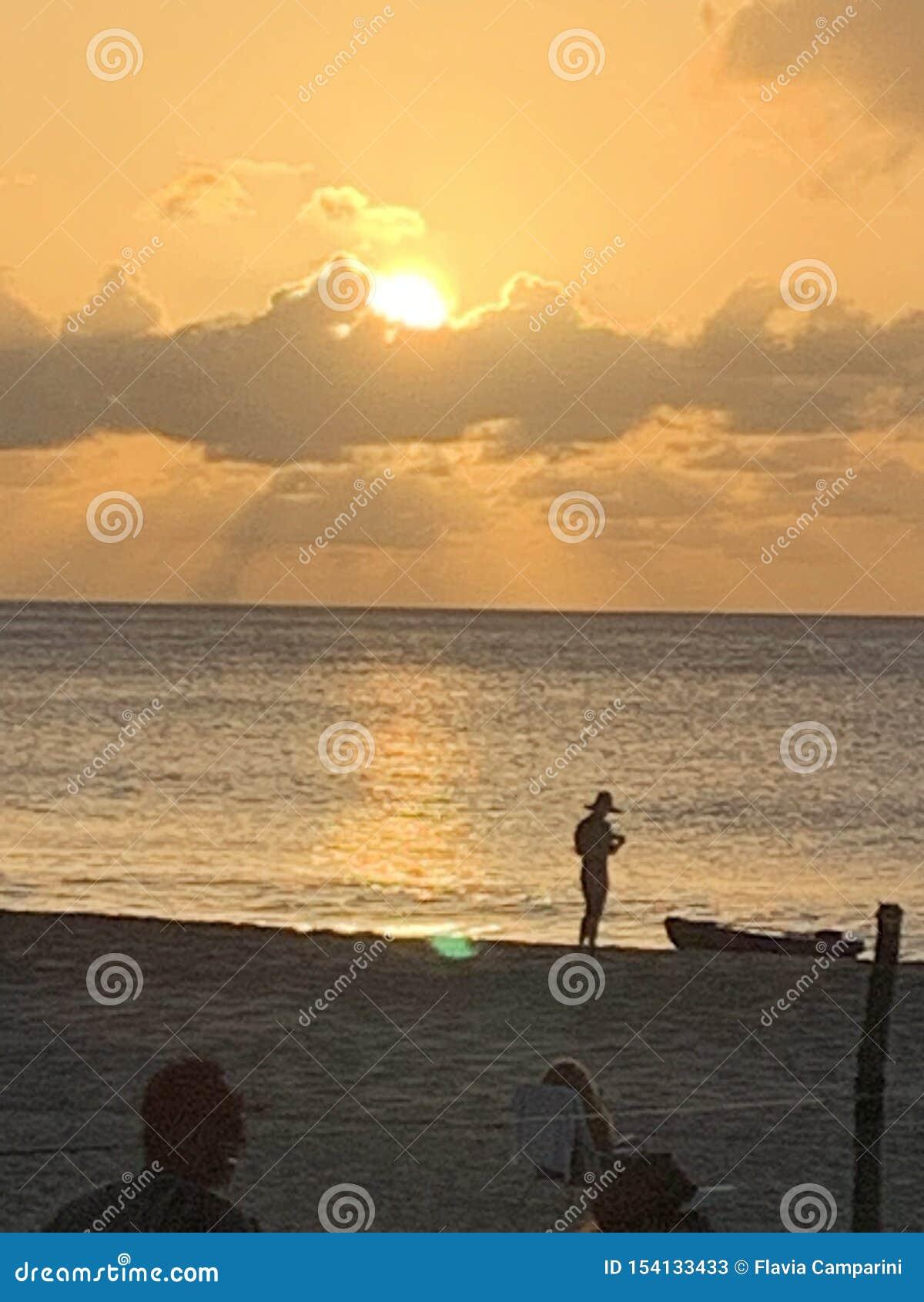 Zonsondergangmening het silhouet