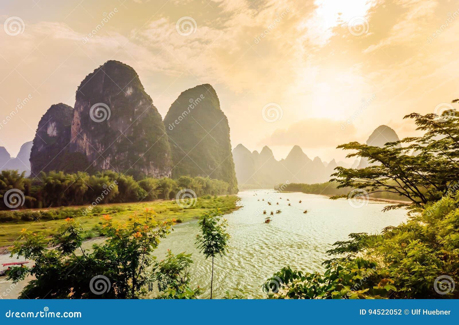 Zonsondergangmening over Karst landschap en Li-rivier door Yanhshuo in China