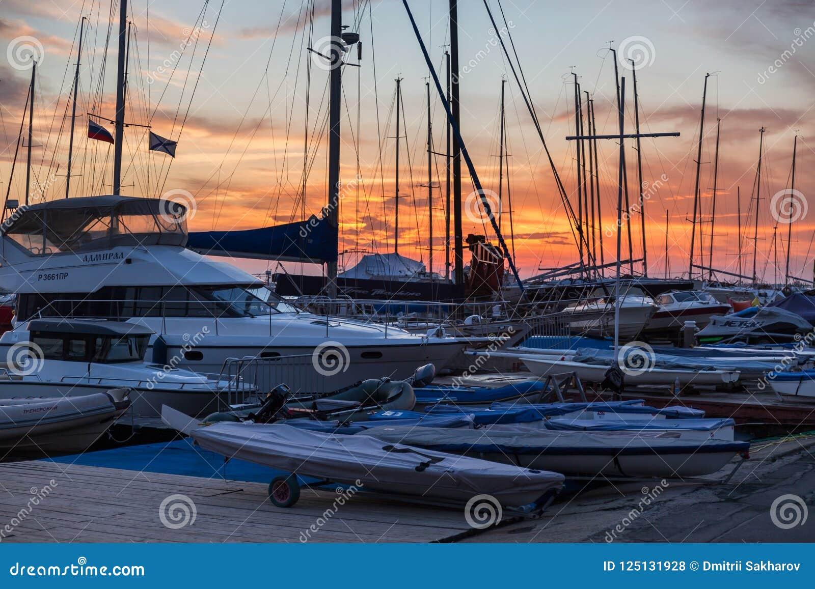 Zonsondergangmening van de jachten die zich in haven bevinden