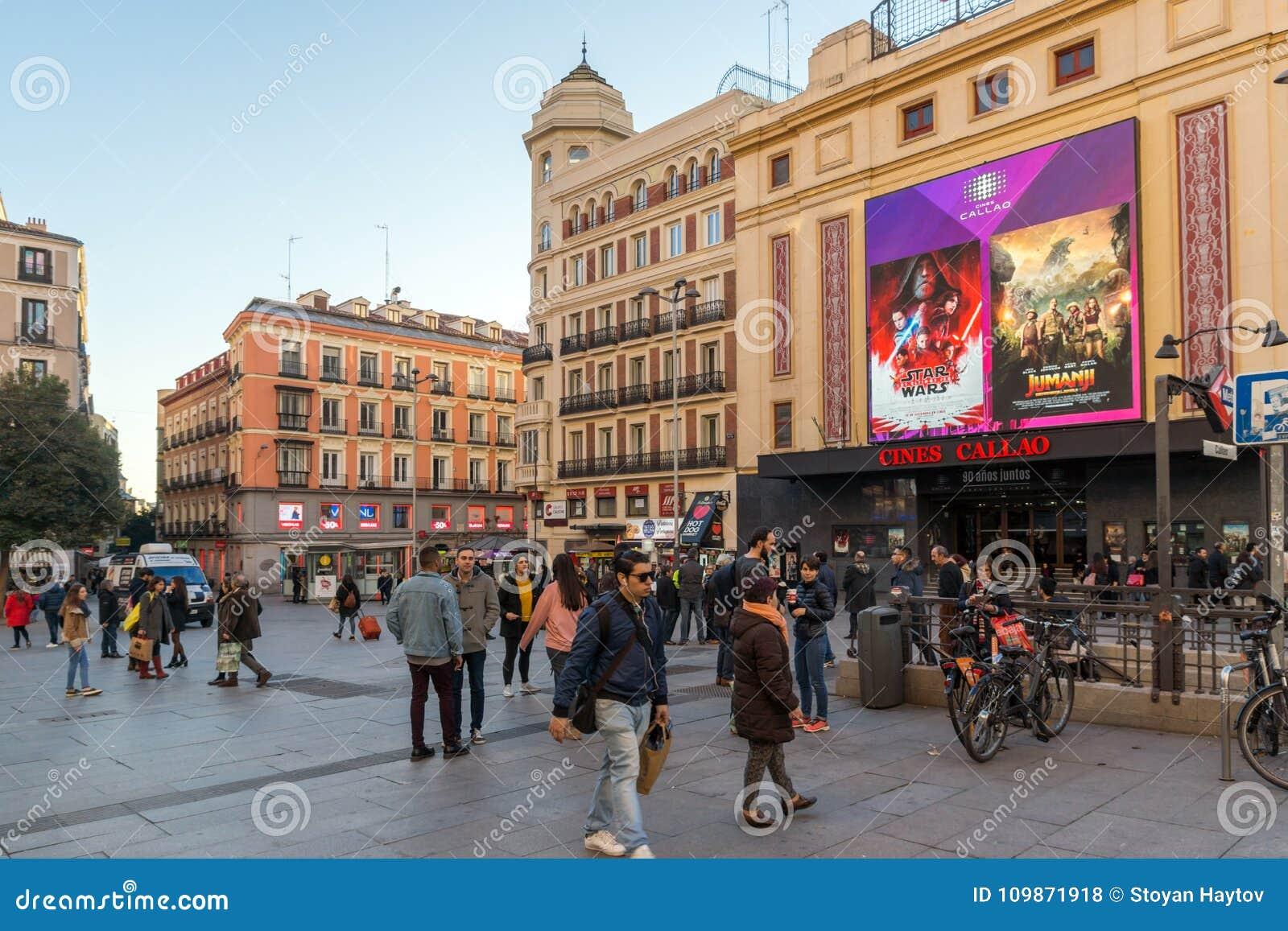 Zonsondergangmening van lopende mensen in Callao Square Plaza del Callao in Stad van Madrid, Spanje